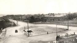Fotografia d'una vista de la plaça Kennedy i del carrer Balmes, dècada de 1950. AMDSG.