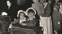 Fotografia de la visita dels nets del dictador Francisco Franco al Tibidabo, dècada de 1950. AMDSG.