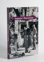 Imatge de la coberta del llibre 'Sagarra i Barcelona' on es veu Josep Maria de Sagarra davant d'un quisoc de les Rambles de Barcelona