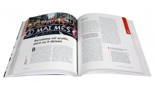 Imatge de les pàgines interiors del llibre '25 anys de Barcelona a La Veu del Carrer'