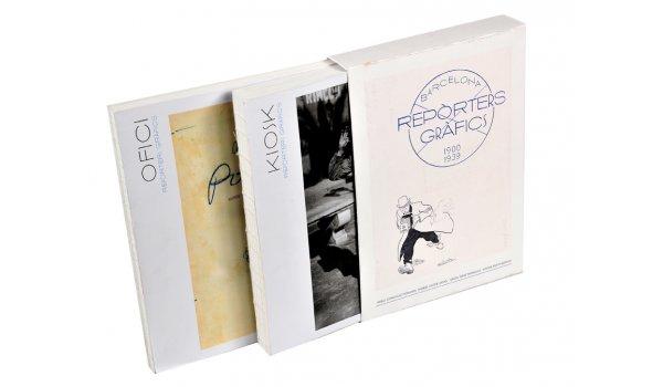 Imatge de la caixa i dels dos volums de l'obra 'Reporters Gràfics'