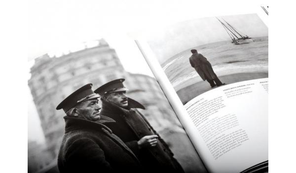 Imatge pàgines interiors del llibre 'Barcelona', on es veuen dos homes mariners fotografia en blanc i negre