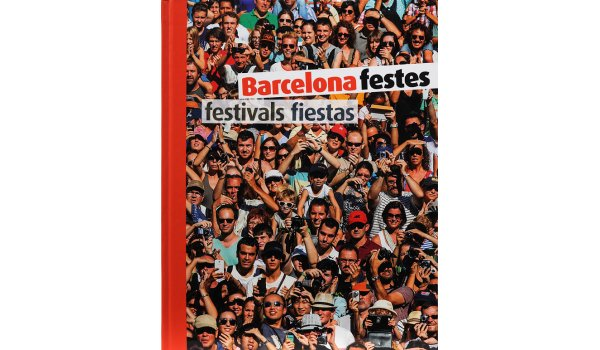 Imatge de la coberta del llibre 'Barcelona festes' on es veu tot un grup de gent aplegada fent fotos
