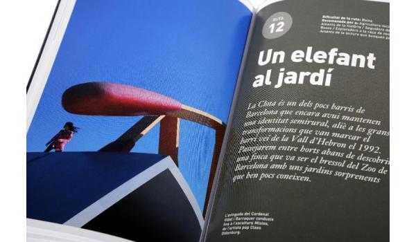 Imatge de les pàgines interiors amb portada d'una de les rutes que formen part de la guia 'Passejades per la Barcelona verda'
