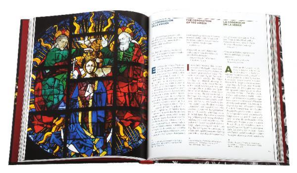 Imatge de les pàgines interiors del llibre 'Barcelona Gòtica', on es veu una fotografia de la Coroncació de la Verge, rosassa de Santa Maria del Mar