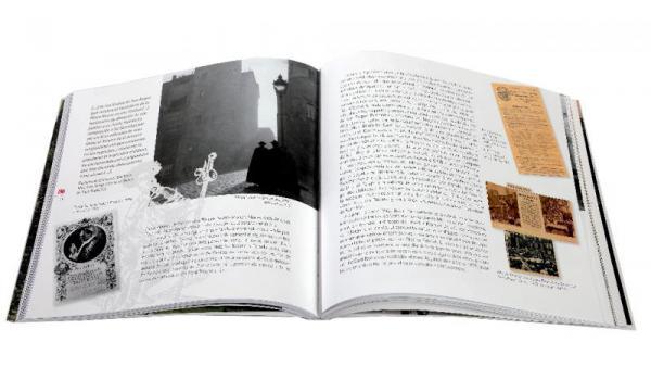 Imatges pàgines interiors del llibre '425 anys de les Festes de Sant Roc a Barcelona' on es veuen retalls de diaris del segle XX sobre la festa