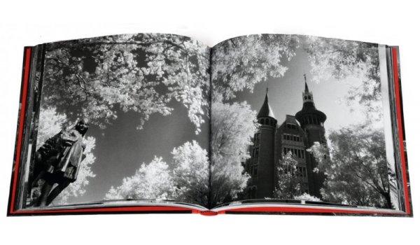 Imatge de les pàgines interiors del llibre 'Barcelona Infraroja'