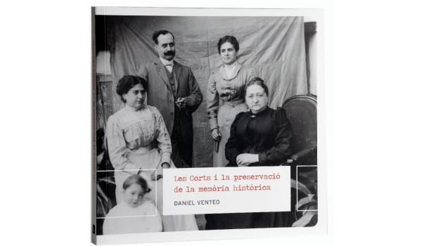 Imatge de la coberta del llibre 'Les Corts i la preservació de la memòria història' on es veu una foto en blanc i negre d'una família