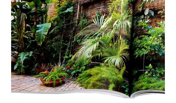 Imatge de pàgines interiors del llibre 'Barcelona. Secret Gardens/Jardines Secretos'. Detall d'una fotografia d'un jardí.