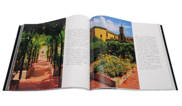 Imatge de pàgines interiors del llibre 'Barcelona. Secret Gardens/Jardines Secretos'. Doble pàgina amb imatges d'un jardi.