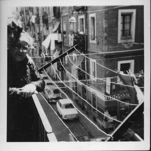 Àvia i nét al balcó