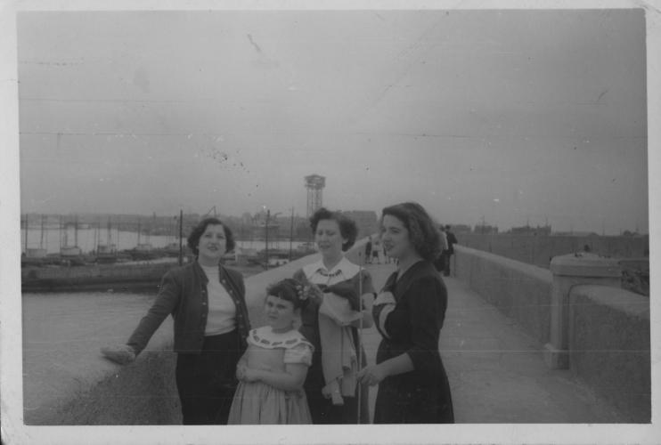 Tres dones i una nena a l'escullera