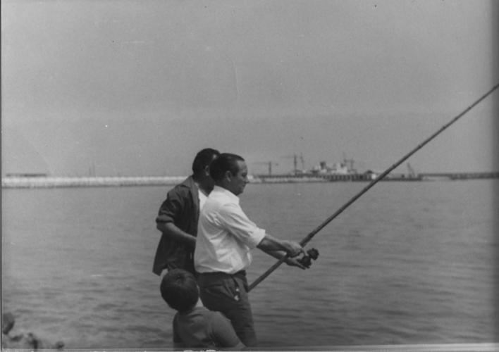 Home pescant amb canya