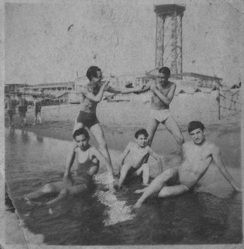 Cinc joves a la platja