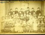 Retrat de grup d'infants i dones