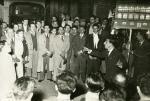 Cor La Fraternidad cantant al carrer