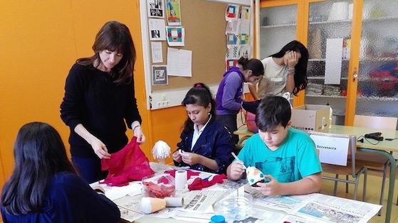 Isabel Gargallo realitzant una activitat amb alumnes