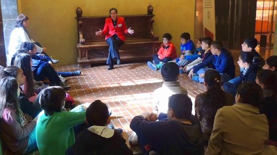 Alumnes de 6è de l'Escola Collaso i Gil amb el seu equipament, el Palau Güell