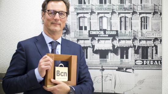 Xavier Cottet amb el guardó del Premis Comerç Barcelona