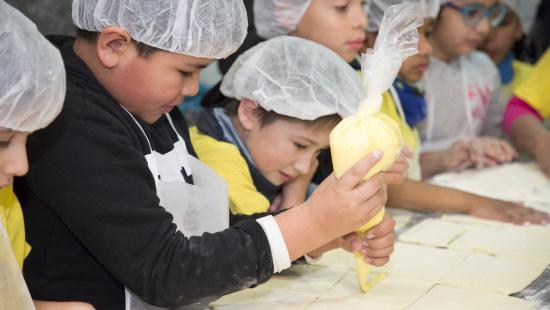 Els nens i nenes van aprendre a preparar unes canyes de crema, xocolata i cabell d'àngel