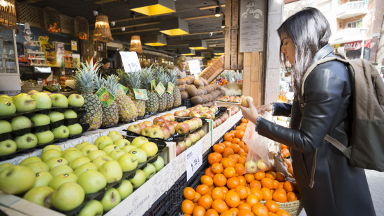 A customer buys in a store in the neighborhood of Sant Antoni