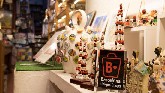 """Distintiu """"Barcelona Unique Shops"""" a una botiga d'artesania"""