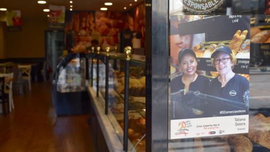 La Tatiana i la Dolors al forn de pa i cafeteria Granier de la Creu Coberta