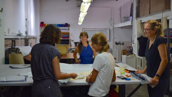 """Participants als tallers que s'imparteixen a """"Mucha Fibra"""", amb la Virginie, al fons, amb vestit blau."""