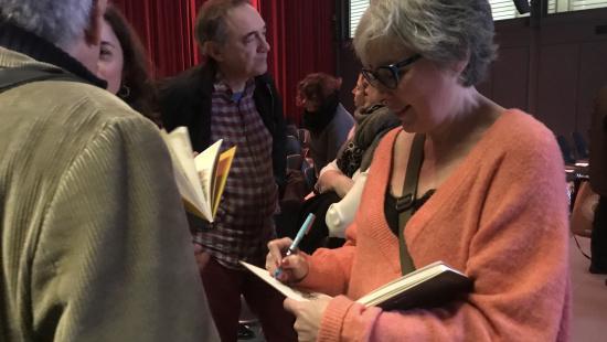 Patrícia Soler, autora del llibre, firma exemplars després de l'acte de presentació al Born
