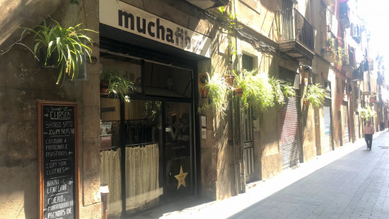 "Façade and shop window of ""Mucha Fibra"""