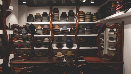 Interior de la botiga Up Headwear amb els productes exposats i el disseny del seu mobiliari. Foto: Up Headwear/Samuel Zama