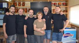 """Javi, Toni, Julio, Teresa, Manel i Jordi són els components del restaurant """"5 Hermanos"""" de Nou Barris"""