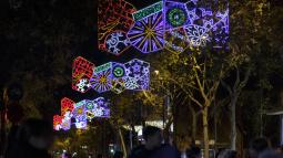 Las luces de Navidad iluminan el comercio