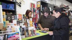 """El Carles i la Isabel, a la llibreria """"La font de Mimir"""" atenen un client"""