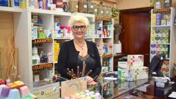 Cristina Sòria, en su establecimiento de herboristeria de Ciutat Merdiana
