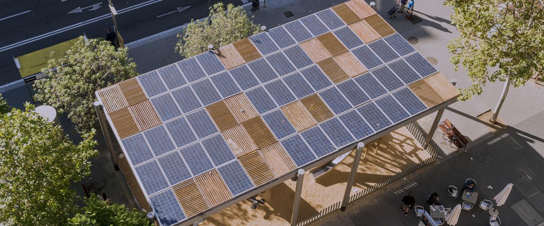 Pèrgola solar a un carrer de Barcelona.
