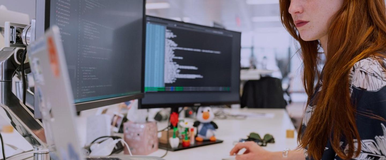 Dona treballant amb ordinadors