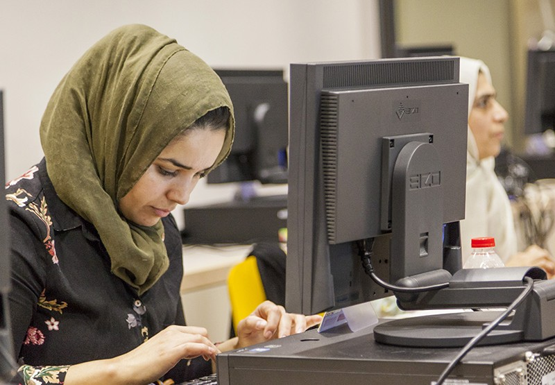 Dona amb hijab en un curs del Centre per a la Iniciativa Emprenedora Glòries de Barcelona Activa.