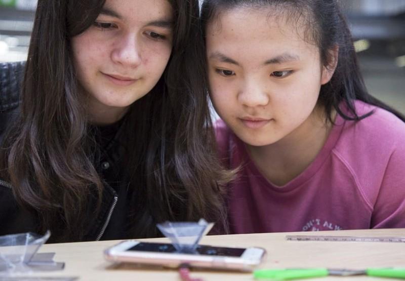 Dues noies al Festival YoMo 2016.