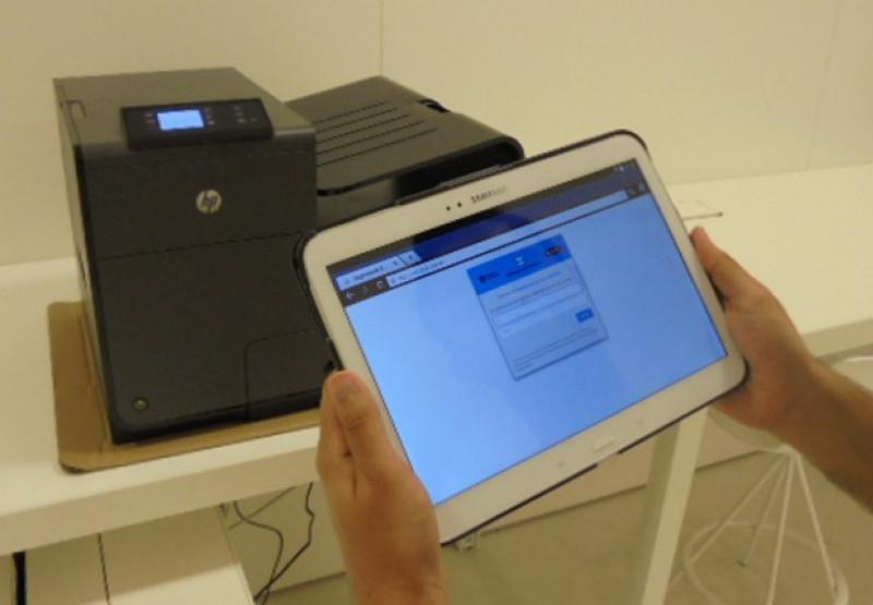 Persona connectant-se al wifi municipal amb una tablet.
