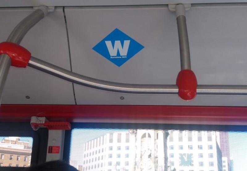 Indicador de wifi a un autobús municipal.