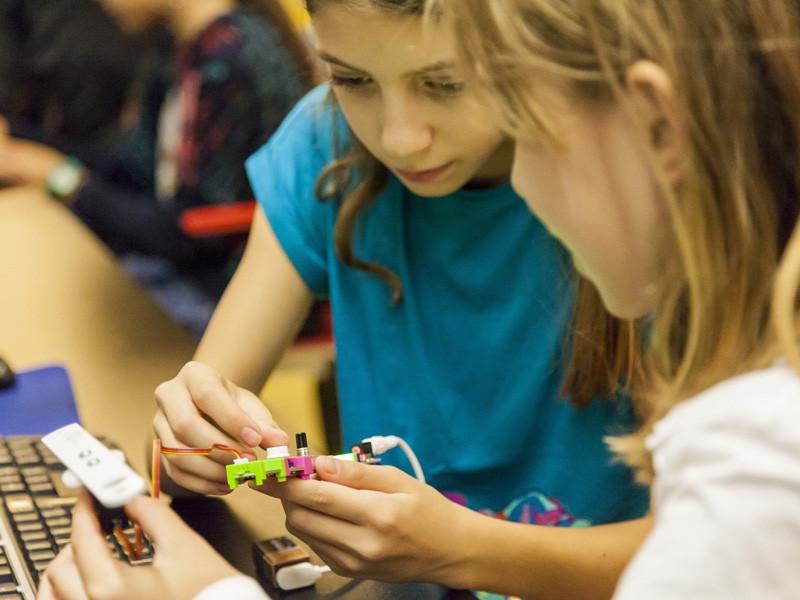 Dues nenes, un taller de robòtica a la Biblioteca Poblenou - Manuel Arranz.