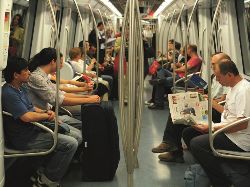 Interior d'un vagó de metro.