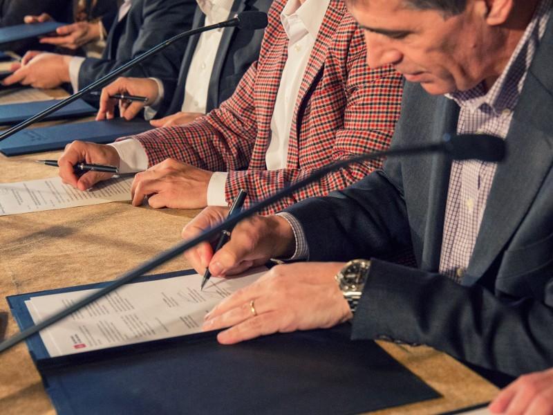 Signatura de la Declaració de Barcelona per la inclusió social digital.