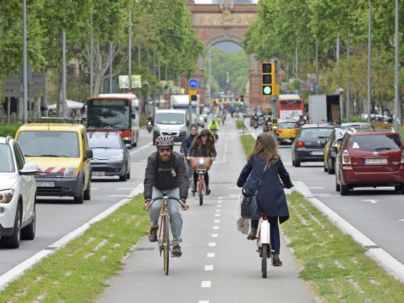 Ciclistes al passeig de Sant Joan de Barcelona.