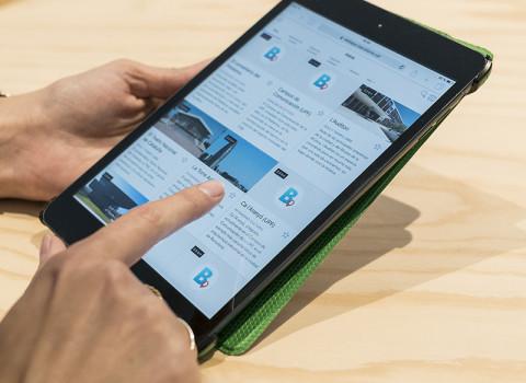 Un usuari consulta la web app municipal sobre punts d'interès de ciutat amb una tablet.
