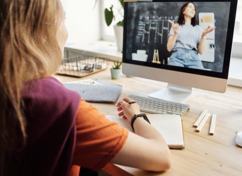 Una nena segeuix una classe en línia.