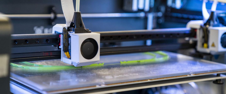 Fabricació d'un equip de protecció contra la covid amb una impressora 3D.