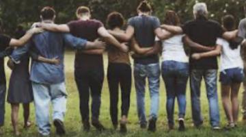 grup d'amics abraçant-se