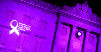 "photography facade of the city hall with lilac light and phrase ""Barcelona with the world day against breast cancer"""